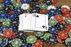 Cartes et puces sur un fond en bois, paquet de cartes photo libre de droits