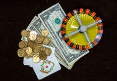 Cartes et roulette d'argent sur un fond foncé Photo stock