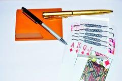 Cartes et stylo de jeu de carte de crédit sur le fond blanc pour le jeu image libre de droits
