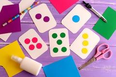 Cartes flash colorées pour l'enfant en bas âge, élève du cours préparatoire, jardin d'enfants Comment enseigner l'enfant à lire d Images libres de droits