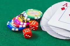 Cartes, matrices et jetons de poker Photos stock