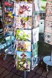 Cartes postales dans la boutique de cadeaux sur la plage de saint-Guirec Photos stock