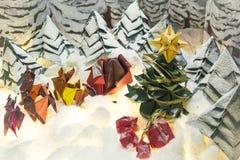 Cartes postales de Joyeux Noël et bonnes fêtes d'origami photo stock