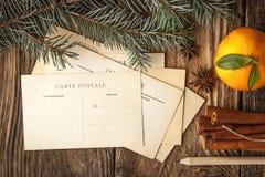 Cartes postales de Noël réglées sur la table en bois Photo libre de droits