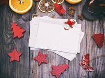 Cartes postales de papier vides sur un fond en bois gris Photo stock