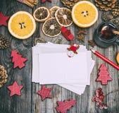 Cartes postales de papier vides sur un fond en bois gris Photo libre de droits
