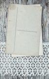 Cartes postales de vintage sur la dentelle et le vieux bois Photos libres de droits