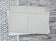 Cartes postales de vintage sur la dentelle et le vieux bois Image libre de droits