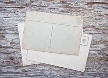 Cartes postales de vintage sur le vieux bois Image libre de droits