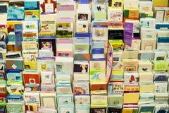Cartes postales et cartes de voeux montrées sur un support Images stock