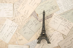 Cartes postales et Tour Eiffel français antiques de souvenir Photographie stock