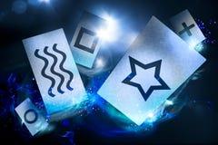 Cartes psychiques sur un fond foncé photographie stock libre de droits