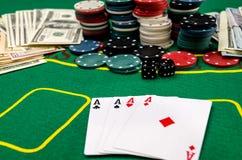 Cartes, puces et argent sur la table de tisonnier images stock