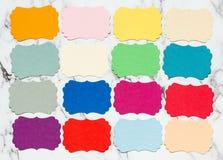 Cartes vierges colorées pour votre texte sur le fond de marbre Photographie stock libre de droits