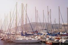 CARTHAGÈNE, ESPAGNE - PEUVENT, 12 - 2009 : Belle marina à Carthagène, Espagne Yachts de luxe et canots automobiles chers Carthagè Images libres de droits