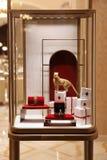 cartier存储 圣诞节首饰陈列室在豪华卡蒂尔商店 莫斯科 21 12 2018年 库存图片