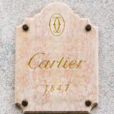 Cartier logo i ett exklusivt område av Milan, Italien Fotografering för Bildbyråer