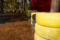 Carting spåret som göras av gamla målade gummihjul Royaltyfria Bilder
