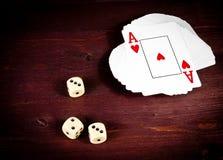 Cartão de jogo próximo de três dados, jogo de pôquer texas Fotografia de Stock