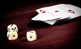 Cartão de jogo próximo dos dados, jogo de pôquer texas Imagem de Stock Royalty Free