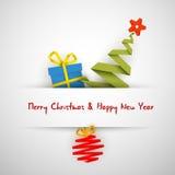 Cartão de Natal simples com presente, árvore e bauble Fotografia de Stock Royalty Free
