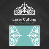 Cartão do corte do laser Molde para o corte do laser Ilustração do entalhe com decoração da coroa Cartão cortado do convite do ca Imagens de Stock Royalty Free