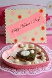 Cartão do dia de matrizes - presente cor-de-rosa do coração - foto conservada em estoque Imagem de Stock