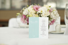 Cartão do menu com as flores bonitas na tabela no dia do casamento Imagens de Stock Royalty Free