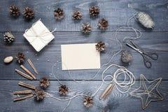 Cartolina in bianco con composizione sul tabl strutturato di legno scuro Immagine Stock