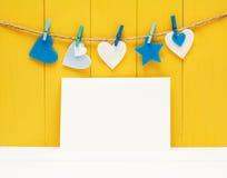 Cartolina d'auguri in bianco con i cuori del feltro Fotografie Stock
