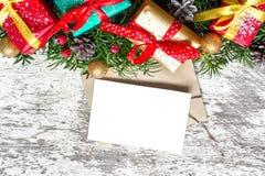 Cartolina d'auguri in bianco di natale con i rami di albero dell'abete, le decorazioni ed i contenitori di regalo Fotografie Stock Libere da Diritti
