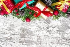 Cartolina d'auguri in bianco di natale con i rami di albero dell'abete, le decorazioni ed i contenitori di regalo Fotografia Stock Libera da Diritti