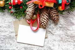Cartolina d'auguri in bianco di natale con i rami di albero dell'abete, le decorazioni, le pigne ed i contenitori di regalo Fotografia Stock Libera da Diritti