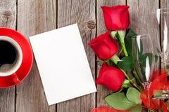 Cartolina d'auguri, caffè e rose rosse di giorno di biglietti di S. Valentino fotografia stock