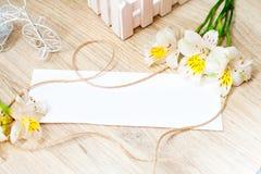 Cartolina d'auguri con alstroemeria dei fiori e segno bianco per il vostro testo Fotografia Stock