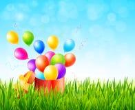Cartolina d'auguri con il contenitore di regalo ed i palloni variopinti su erba verde Fotografie Stock Libere da Diritti