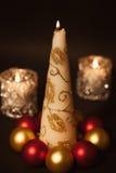 Cartolina d'auguri con una candela bruciante e le decorazioni di Natale Immagine Stock