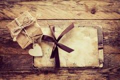 Cartolina d'auguri d'annata di San Valentino e contenitore di regalo Fotografia Stock