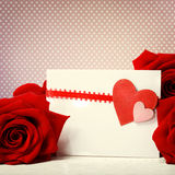 Cartolina d'auguri dei cuori con le rose rosse Fotografia Stock