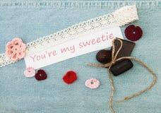 Cartolina d'auguri del biglietto di S. Valentino con i cuori rosa e rossi, fiore, chokol Immagini Stock