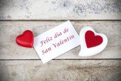 Cartolina d'auguri del biglietto di S. Valentino sulla tavola di legno con testo scritto nel diametro spagnolo de San Valentin di immagine stock libera da diritti