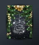 Cartolina d'auguri del buon anno e di Buon Natale con con i rami di Natale, con l'arco dell'oro, con le decorazioni su buio Fotografie Stock Libere da Diritti