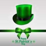 Cartolina d'auguri del giorno di St Patrick con il cappello del leprechaun su un fondo verde Arco e nastro Immagine Stock