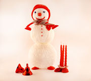 Cartolina d'auguri del nuovo anno con il pupazzo di neve tricottato Fotografie Stock Libere da Diritti