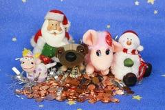 Cartolina d'auguri della foto del ` s del nuovo anno con Santa Claus ed i cani svegli sui precedenti dell'albero di Natale decora Fotografie Stock Libere da Diritti