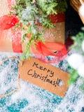 Cartolina d'auguri di Buon Natale con il regalo Fotografia Stock Libera da Diritti