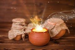 Cartolina d'auguri di concetto dei vasi di argilla con la luce mistica o di miracolo immagine stock libera da diritti