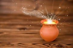 Cartolina d'auguri di concetto del vaso di argilla con la luce mistica di miracolo sopra immagine stock libera da diritti