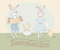 Cartolina d'auguri di festa con l'iscrizione della mano e conigli di Pasqua che ballano alla fisarmonica ed ai polli di canto Sal illustrazione di stock