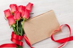 Cartolina d'auguri di giorno di biglietti di S. Valentino con le rose rosse Fotografie Stock Libere da Diritti